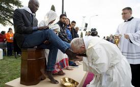Papa Bergoglio bacia i piedi
