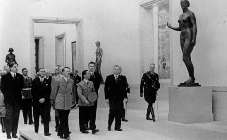 Adolf Hitler visita la casa dell'arte tedesca a Monaco